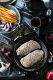 Vorbereitung für rohe Entenbrust mit Bestandteilnahaufnahme auf dem Tisch kochen horizontale Ansicht von oben lizenzfreie stockbilder