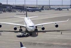 Vorbereitung für Start des Fahrgastschiffs am Domodedovo-Flughafen lizenzfreie stockfotografie