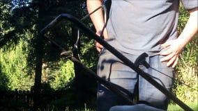 Vorbereitung und einen Rasenmäher anstellend stock video footage