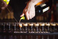 Vorbereitung von Cocktails auf einer Nachtpartei Lizenzfreies Stockbild