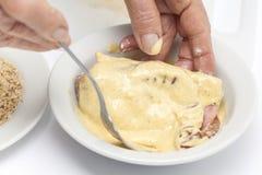 Vorbereitung von cordon bleu - Addieren des Eies Lizenzfreie Stockfotografie