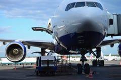 Vorbereitung von Flugzeugen bevor dem Fliegen Stockfotografie