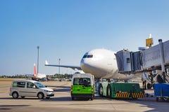 Vorbereitung von Flugzeugen für Abweichen vom Flughafenabfertigungsgebäude Service der Flugzeuge vor dem Flug Stockfoto