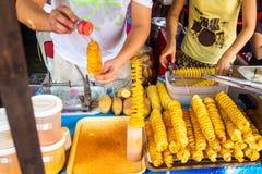 Vorbereitung von gewundenen Kartoffelchips auf freiem Markt Bangkoks, Thailand lizenzfreies stockbild