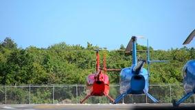 Vorbereitung von Hubschraubern für Produkteinführung am Hubschrauber-Landeplatz stock footage