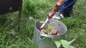 Vorbereitung von Kebabs schließen ab stock video