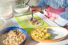 Vorbereitung von Krepps mit porcini Pilzen, Schinken und Bechamel lizenzfreies stockbild