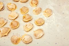 Vorbereitung von Mehlklößen stockbilder