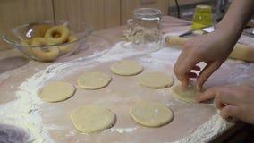 Vorbereitung von rohen Schaumgummiringen vom Teig in der Hauptküche stock video