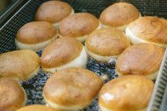 Vorbereitung von Schaumgummiringen Röstung in kochendem Öl Lizenzfreie Stockbilder