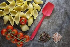 Vorbereitung von Teigwaren mit Tomate und Gewürzen kochen Das Produkt des Tests stockfoto