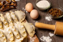 Vorbereitung von traditionellen Mehlklößen II stockfotos