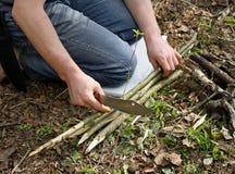 Vorbereitung von Zweigen für das Feuer Stockbild