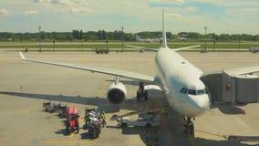 Vorbereitung vor dem Flug der Flugzeuge stock video