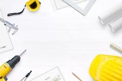 Vorbereitungen für Erneuerungswohnung oder -haus Auf dem Schreibtisch sind Projekte und Werkzeuge für das Messen und die Bohrung stockbilder