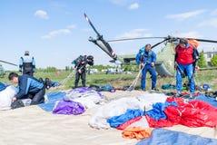 Vorbereitungen von Fallschirmspringern für einen neuen Sprung Stockfotografie
