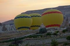 Vorbereitungen zum Anfang des Ballons bei Sonnenaufgang Stockbild