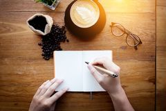 Vorbereitungs-Service Barista Cafe Making Coffee Mann, der ein PET hält Lizenzfreie Stockbilder