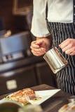 Vorbereitungslebensmittel im Restaurant, Grillsteak mit Soße und Gemüse Stockfoto