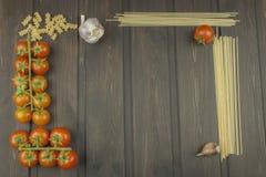 Vorbereitungsmenü Teigwaren und Gemüse auf einem Holztisch dietätische Lebensmittel Stockbild