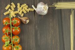 Vorbereitungsmenü Teigwaren und Gemüse auf einem Holztisch dietätische Lebensmittel Stockfotos