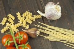 Vorbereitungsmenü Teigwaren und Gemüse auf einem Holztisch dietätische Lebensmittel Stockfotografie