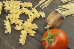 Vorbereitungsmenü Teigwaren und Gemüse auf einem Holztisch dietätische Lebensmittel Lizenzfreie Stockfotografie