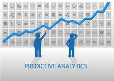 Vorbestimmte Analytikillustration Geschäftsleute, die positives Diagramm mit verschiedenen Geräten und Datenelementen in der Rück Stockfotos