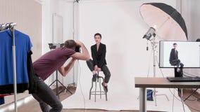 Vorbildlich, Art zu einem Berufsfotografen in Mode aufwerfend stock footage