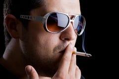 Vorbildlich, eine Zigarette rauchend Stockfotografie