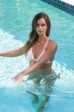 Vorbildlich, einen Bikini an einem Pool tragend Lizenzfreie Stockfotos