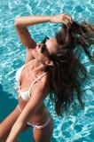 Vorbildlich, einen Bikini an einem Pool tragend Lizenzfreies Stockfoto