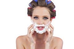 Vorbildlich, ihr Gesicht mit dem Rasieren des Schaums berührend Stockfotos