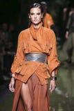 Vorbildliche Alessandra Ambrosio geht die Rollbahn während der Balmain-Show als Teil der Paris-Mode-Woche Lizenzfreie Stockfotografie