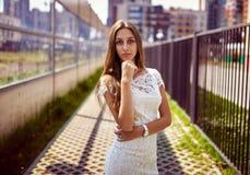 Vorbildliche Aufstellung der Frau in der Straße Lizenzfreies Stockbild