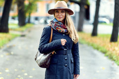 Vorbildliche Aufstellung der Frau in der Straße Lizenzfreie Stockfotos