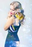 Vorbildliche Aufstellung der Frau im eleganten Kleid Lizenzfreies Stockfoto