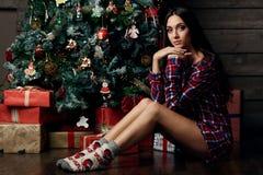 Vorbildliche Aufstellung der Frau im Studio mit Weihnachtsgeschenken Stockfotos