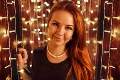 Vorbildliche Aufstellung der Frau im Studio mit Weihnachtsgeschenken Lizenzfreie Stockfotos
