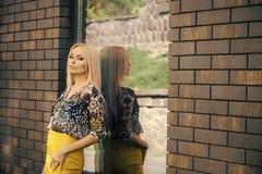 Vorbildliche Aufstellung der Modefrau Sinnliche Frau mit Zauberblick, Make-up und langes blondes Haar stehen am Fensterglas, Mode Stockfotos