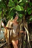 Vorbildliche Aufstellung vor druck-Erholungsortkleid des tropischen Baums tragendem Tier Lizenzfreies Stockfoto