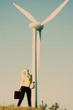 Vorbildliche Aufstellung vor Windstromgenerator stockbilder