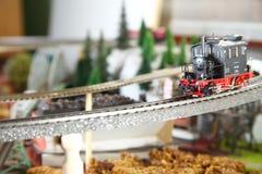 Vorbildliche Eisenbahn auf der vorbildlichen Stadtminiaturszene lizenzfreie stockbilder