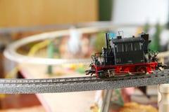 Vorbildliche Eisenbahn auf der vorbildlichen Stadtminiaturszene stockfotografie