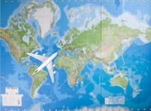 Vorbildliche Flugzeuge, die über Weltkarte fliegen Stockbild