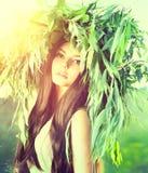 Vorbildliche Frau der Schönheit im grünen Kranz Stockfotografie