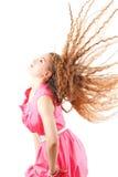 Vorbildliche Frau, die Kopf mit dem langen Haar rüttelt Stockfoto