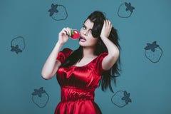 Vorbildliche Frau jung und schön im Stil der Pop-Art auf einem Blauen Stockfotos
