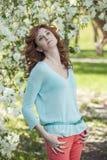 Vorbildliche Frau mit Apple blüht in einem Frühlingsgarten Stockfoto