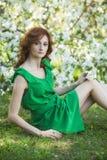 Vorbildliche Frau mit Apple blüht in einem Frühlingsgarten Stockbilder
